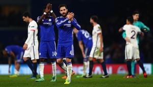 لاعبو نادي تشيلسي الانجليزي يصفقون لمشجعيهم بعد انتهاء المباراة أمام باريس سان جيرمان