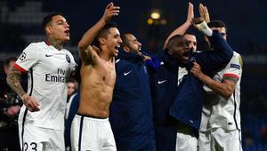 لاعبو نادي باريس سان جيرمان يحتفلون بفوزهم على فريق تشيلسي.