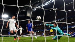 زلاتان ابراهيموفيتش يجل الهدف الثاني لناديه، باريس سان جيرمان، في المباراة أمام نادي تشيلسي.