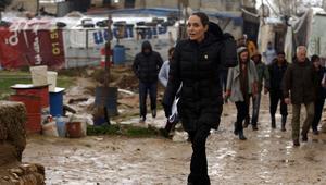 بالصور: في الذكرى الخامسة للحرب السورية.. أنجلينا جولي تزور اللاجئين السوريين بلبنان