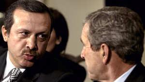 بوش يتحدث مع أردوغان خلال اجتماع في ديسمبر 2002 في البيت الأبيض