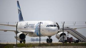 """مصر للطيران: قائد الرحلة """"MS 804"""" لديه أكثر من 6 آلاف ساعة طيران.. وفرق من الجيش تبحث عن الطائرة"""
