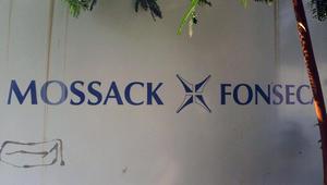لافتة خارج المبنى حيث مقر شركة المحاماة موساك فونسيكا في بنما