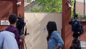 صحفيون أمام البوابة الرئيسية لمركز الشرطة في روما بانتظار وصول المحققين المصريين للاجتماع مع ممثلي الادعاء الإيطالي حول جريمة قتل الطالب الإيطالي جوليو ريجيني