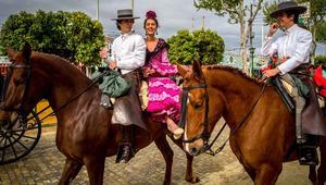 """خيول وثيران ونساء يرقصن فلامنكو..مهرجان اسباني بـ """"عطر الربيع"""""""