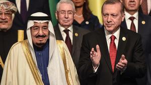 الرئيس التركي رجب طيب أردوغان بجانب الملك سلمان بن عبدالعزيز آل سعود في مؤتمر القمة الإسلامية الثالث عشر لمنظمة التعاون الإسلامي في اسطنبول