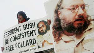 أرشيف - متظاهر إسرائيلي يرفع صورة بولارد أمام وزارة الخارجية بالقدس خلال زيارة وزيرة الخارجية الأمريكية كوندوليزا رايس، للمطالبة بالإفراج عنه