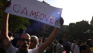 متظاهر مصري في القاهرة يحتج على إعلان جزيرتي تيران وصنافير بأنهما تابعتان للسعودية
