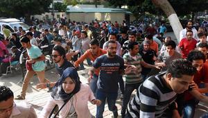 متظاهرون في مصر يهربون للاختباء من الغاز المسيل للدموع خلال تظاهرة في القاهرة في 25 أبريل 2016