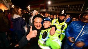 بالصور.. هكذا احتفلت جماهير ليستر بالتتويج بلقب الدوري الإنجليزي