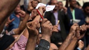 مئات الصحفيين أمام مقر نقابة الصحفيين في القاهرة يدعون لإقالة وزير الداخلية بعد مداهمة غير مسبوقة من قبل الشرطة لاعتقال صحفيين