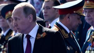 """بالفيديو: بوتين في """"موقف طريف دون توبيخ"""".. جنرال روسي يخلع مقبض باب سيارة عسكرية خلال محاولة فتحه للرئيس"""