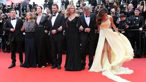 الممثل جاك أوكونيل، المخرجة جودي فوستر، الممثلة كاتريونا بالف، الممثل دومينيك ويست، الممثلة جوليا روبرتس، والممثل جورج كلوني وزوجته البريطانية من أصل لبناني أمل كلوني في صورة لفيلم Money Monster