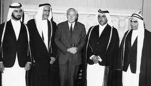 الشيخ محمد (شمال الصورة) مع رئيس الوزراء البريطاني هارولد ويلسون، الشيخ راشد بن سعيد آل مكتوم، الشيخ مكتوم والسيد مهدي التاجر