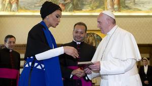 الشيخة موزة تلتقي بابا الفاتيكان لمدة 30 دقيقة.. ما هي الهدايا المتبادلة؟