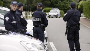 السلطات الفرنسية: قاتل الشرطي الفرنسي أعلن الولاء للبغدادي وكان قيد التحقيق للاشتباه في صلاته بشبكة تجنيد بسوريا