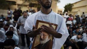 صورة أرشيفية لمتظاهرين بحرينيين يحتجون على الغاء جنسية رجل الدين الشيعي عيسى قاسم