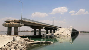 جسر تم تدميره من قبل داعش مع تقدم المقاتلين الأكراد والعرب المدعومين من الولايات المتحدة الى معاقل التنظيم في منبج، بشمال سوريا