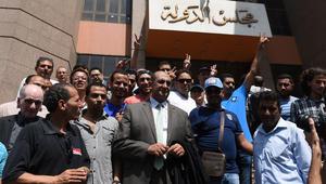 صورة أرشيفية للمحامي المصري خالد علي أمام مبنى مجلس الدولة في القاهرة