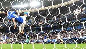 لاعب خط الوسط الإيطالي أليساندرو فلورينزي يتصدى للكرة خلال مباراة لكرة القدم في ربع نهائي يورو 2016 بين ألمانيا وإيطاليا