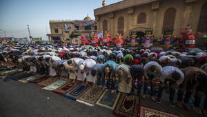 مسلمون يصلون في اليوم الأول من عطلة عيد الفطر