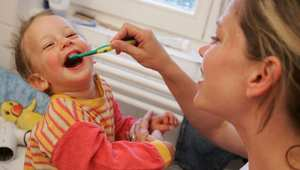 الفرشاة القاسية تساعد في التنظيف أكثر من الناعمة؟ تعرف إلى خمس معتقدات خاطئة حول تنظيف الأسنان