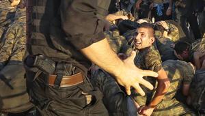 أتراك غاضبون من جنود شاركوا في محاولة الانقلاب