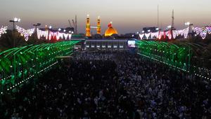 حجاج شيعة يتجمعون أمام ضريح الإمام الحسين بكربلاء في يوم عرفة تزامنا مع صلاة يؤديها الشيعة في جبل عرفات بالسعودية