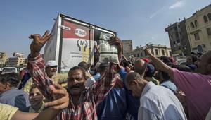 مصريون يشترون السكر في العاصمة القاهرة حيث تعاني البلاد من نقص السكر
