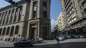 ترقب في البنوك المصرية بعد تحرير سعر صرف الجنيه.. وتحذيرات من موجة تضخمية