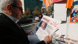 رجل إيراني يحمل صحيفة محلية تظهر صورة لدونالد ترامب بعد يوم من انتخابه رئيسا للولايات المتحدة