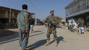 أفراد أمن أفغان بالقرب من أكبر قاعدة عسكرية أمريكية في باغرام على بعد 50 كيلومتر شمال كابول