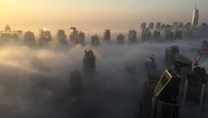 شرطة دبي: 119 حادث سير خلال ساعات.. ومطارات دبي تلغي وتحول رحلات بسبب الضباب