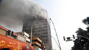 شاهد.. إيران: انهيار برج تجاري في طهران إثر حريق وعشرات رجال أطفاء تحت الأنقاض