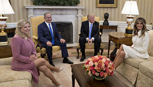 الرئيس الاميركي دونالد ترامب، رئيس وزراء إسرائيل بنيامين نتنياهو وزوجته سارة نتنياهو وسيدة الولايات المتحدة الأولى ميلانيا ترامب في المكتب البيضاوي بالبيت الابيض