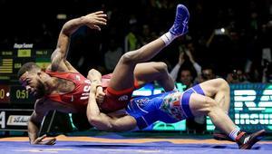 إيران تهزم أمريكا وتفوز بكأس العالم للمصارعة.. وروحاني: فخر وبهجة