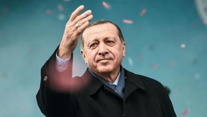 أردوغان يرد على رفع لافتة تدعو لقتله بسويسرا