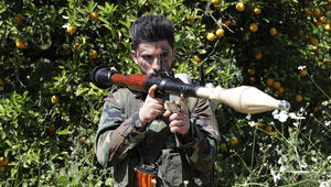 مقاتل من حزب الله في بستان لشجر البرتقال بالقرب من بلدة الناقورة على الحدود اللبنانية الإسرائيلية