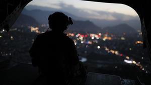 جندي أمريكى يجلس فى الباب الخلفى لطائرة هليكوبتر تحمل وزير الدفاع الامريكي بعد مغادرته العاصمة الافغانية كابول