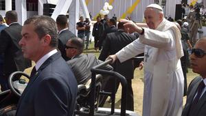 """""""بابا السلام.. في مصر السلام"""".. البابا فرانسيس يترأس قداساً في استاد الدفاع الجوي بحضور 25 ألفاً"""