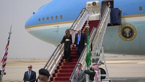 ماذا ارتدت ميلانيا لدى وصولها السعودية؟ وكيف أمضى ترامب ساعات رحلته؟