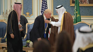الملك سلمان يقلد ترامب قلادة