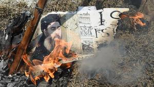 متظاهرون هنود شيعة يحرقون صورة لزعيم تنظيم داعش أبو بكر البغدادي خلال احتجاج في نيودلهي