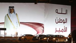 صورة لأمير قطر الشيخ تميم بن حمد آل ثاني خارج نادي قطر الرياضي في الدوحة