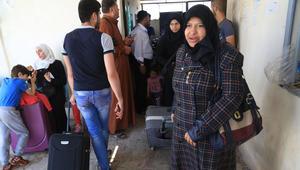 لاجئون سوريون يعيشون في تركيا ينتظرون للتسجيل عند معبر باب السلامة بعد أن منحتهم السلطات التركية الإذن لعبور الحدود لقضاء بقية شهر رمضان وعيد الفطر في سوريا
