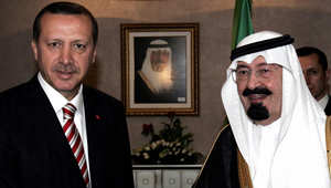 الملك السعودي الراحل عبد الله بن عبد العزيز مع اردوغان قبل لقائهما في أنقرة، 8 أغسطس 2006.