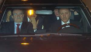 أردوغان يقود السيارة عبر نفق جبل بولو مع رئيس الوزراء الايطالي رومانو برودي. النفق يربط المركز التجاري لاسطنبول بالعاصمة أنقرة