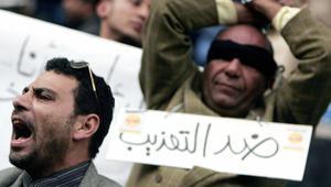 نشطاء من جمعيات حقوق الإنسان في مصر يحتجون على التعذيب في مراكز الشرطة بالقاهرة، 25 يناير / كانون الثاني 2007