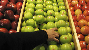 تتناول التفاح بدون غسله؟ فكّر مجدداً