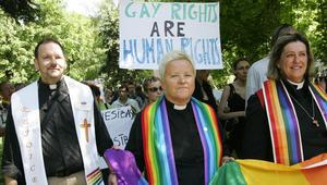 أمريكا: عشرات رجال ونساء الدين المسيحيين يتحدون حظر الكنيسة ويكشفون النقاب عن مثليتهم الجنسية